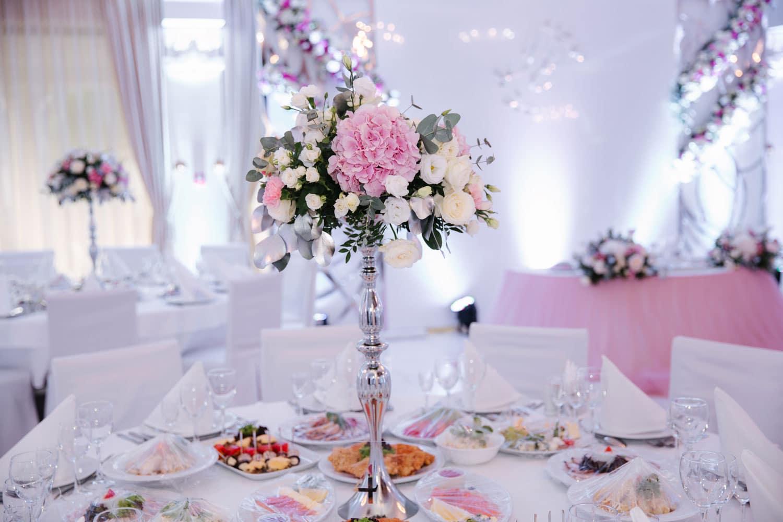 Hochzeitsfloristik - Blumengesteck in hoher Vase