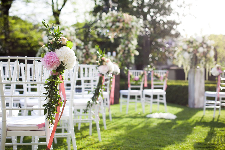 Hochzeitsfloristik - Dekoration an Stühlen